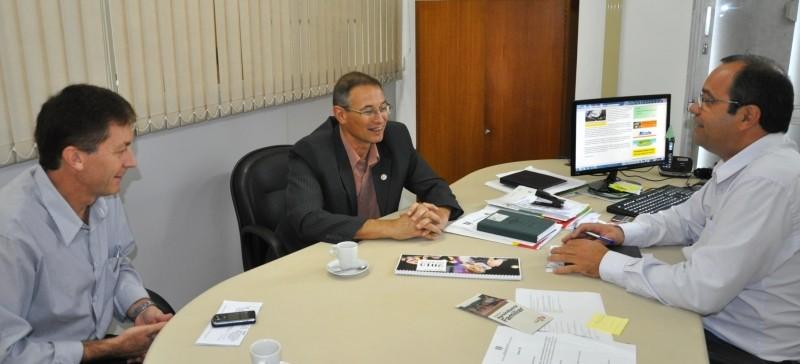 Foto de capa da notícia: Prefeito Régis visita Secretaria Estadual do Desenvolvimento Rural