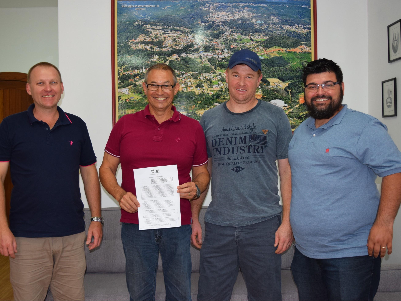 Foto de capa da notícia: Prefeitura Municipal celebra termo de parceria com Associação de Moradores de Linha Imperial