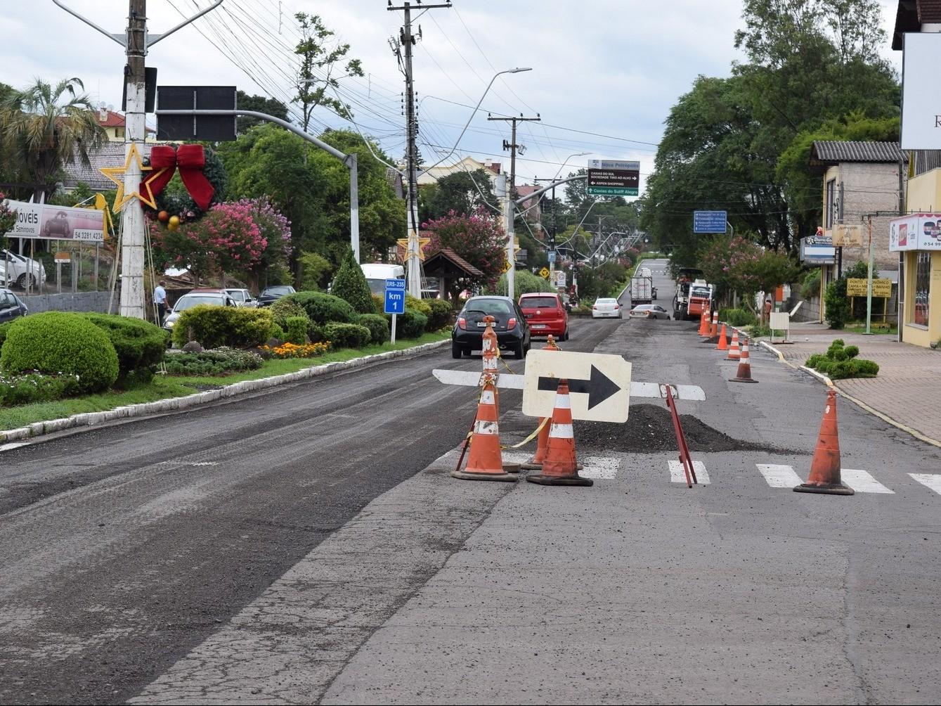 Foto de capa da notícia: Trecho da Avenida 15 de Novembro é recapeado em Nova Petrópolis