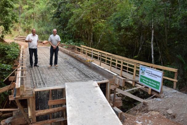 Foto de capa da notícia: Autoridades Municipais vistoriam obra da Ponte da Rua dos Alemães