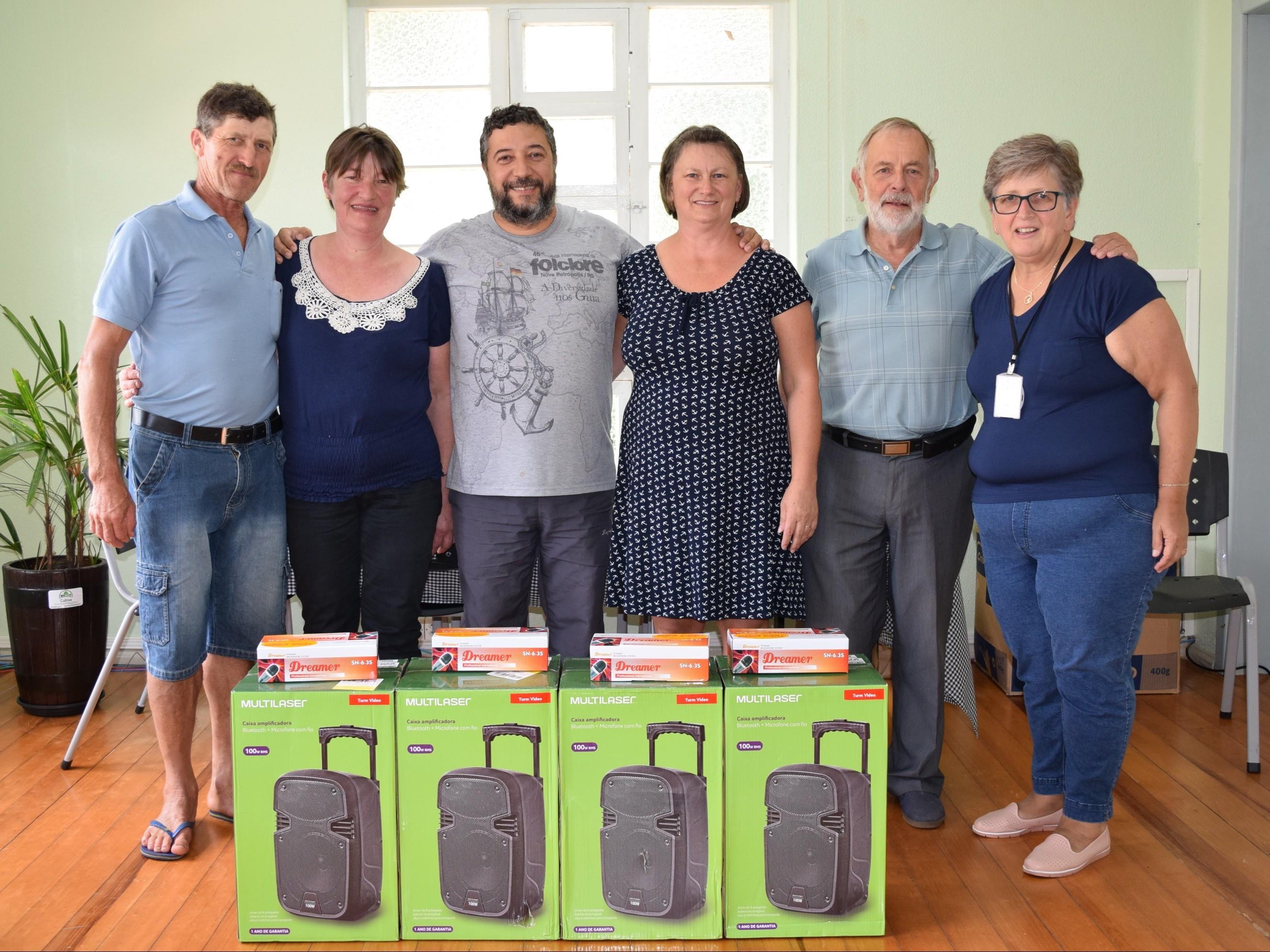 Foto de capa da notícia: Prefeitura de Nova Petrópolis entrega equipamentos para grupos de coral