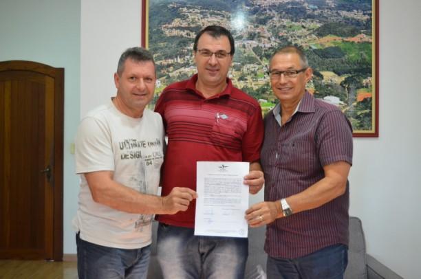 Foto de capa da notícia: Poder Público celebra parceria com Associação Círculo de Máquinas e Ajuda Mútua de Nova Petrópolis