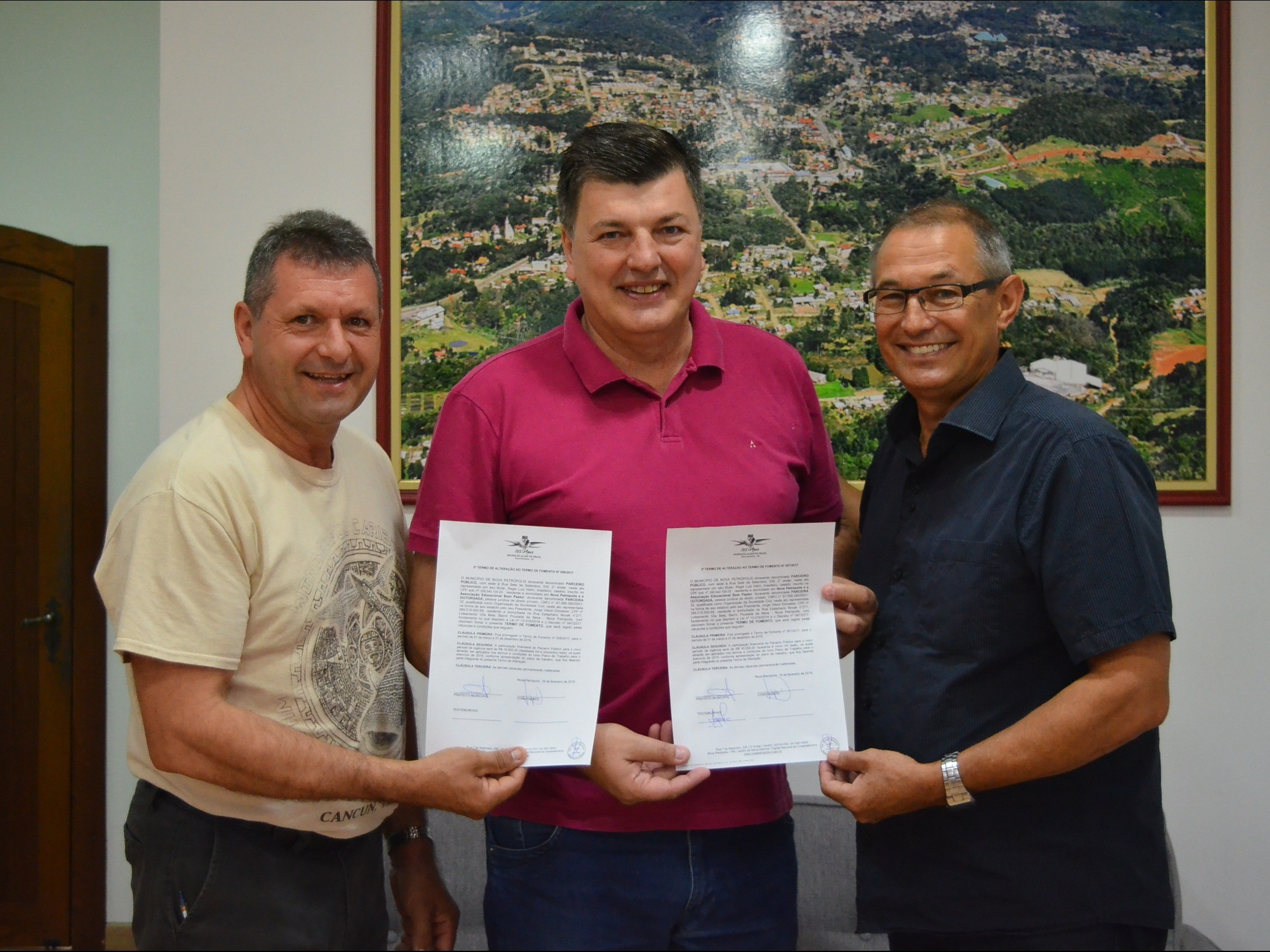 Foto de capa da notícia: Administração Municipal firma Termos de Fomento com Associação Educacional Bom Pastor