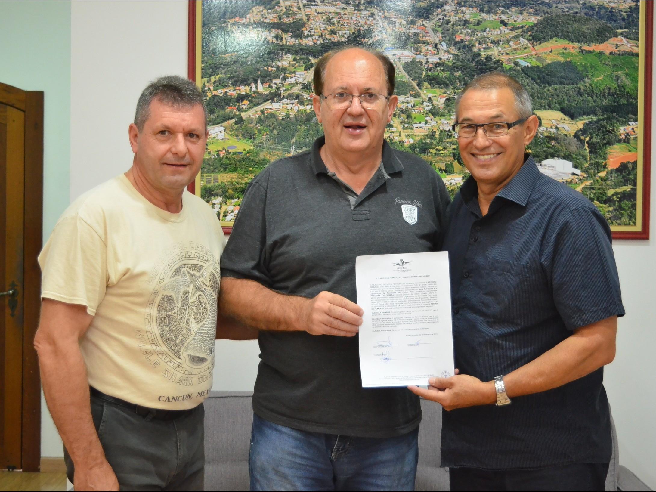 Foto de capa da notícia: Assinado Termo de Fomento com Associação de Moradores de Pinhal Alto