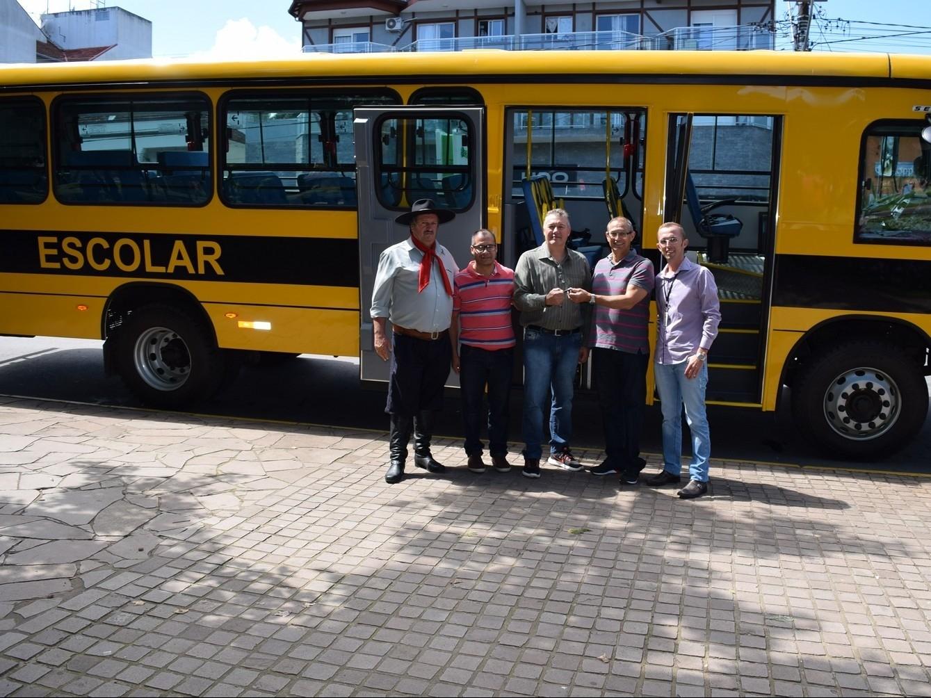 Foto de capa da notícia: Nova Petrópolis recebe ônibus escolar com dispositivo especial