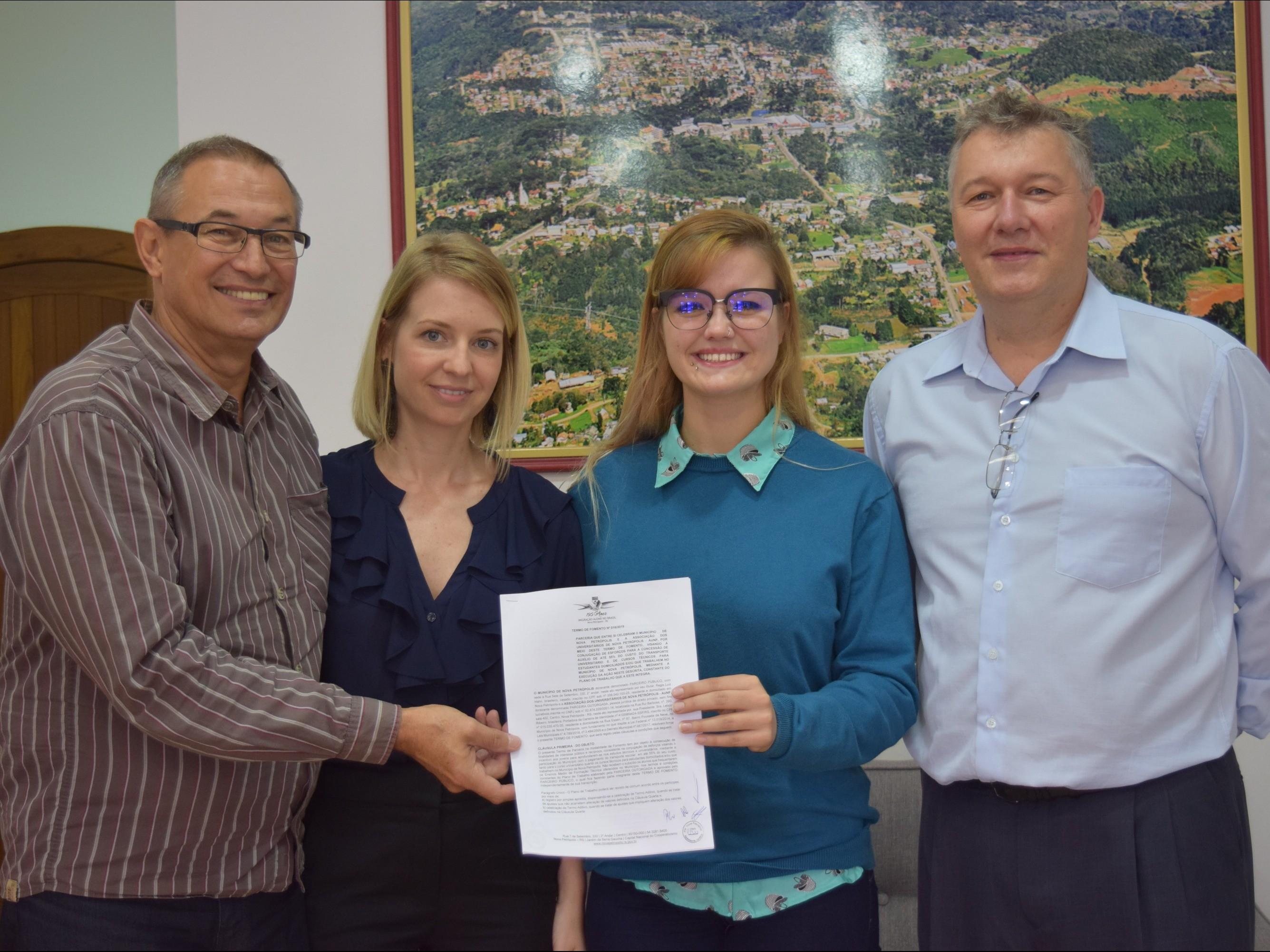 Foto de capa da notícia: Prefeitura de Nova Petrópolis celebra termo com Associação dos Universitários