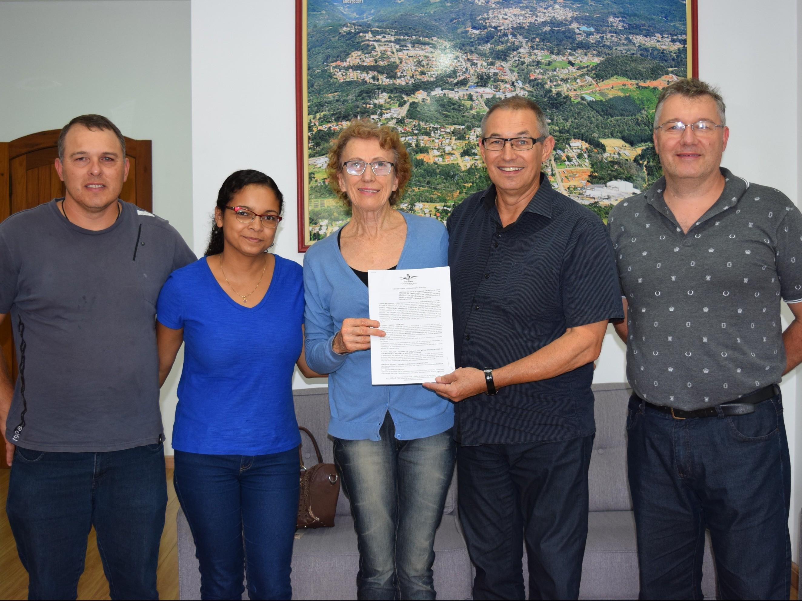 Foto de capa da notícia: Poder Público celebra termo com Associação Tannenwald para realização do 14º Kerb