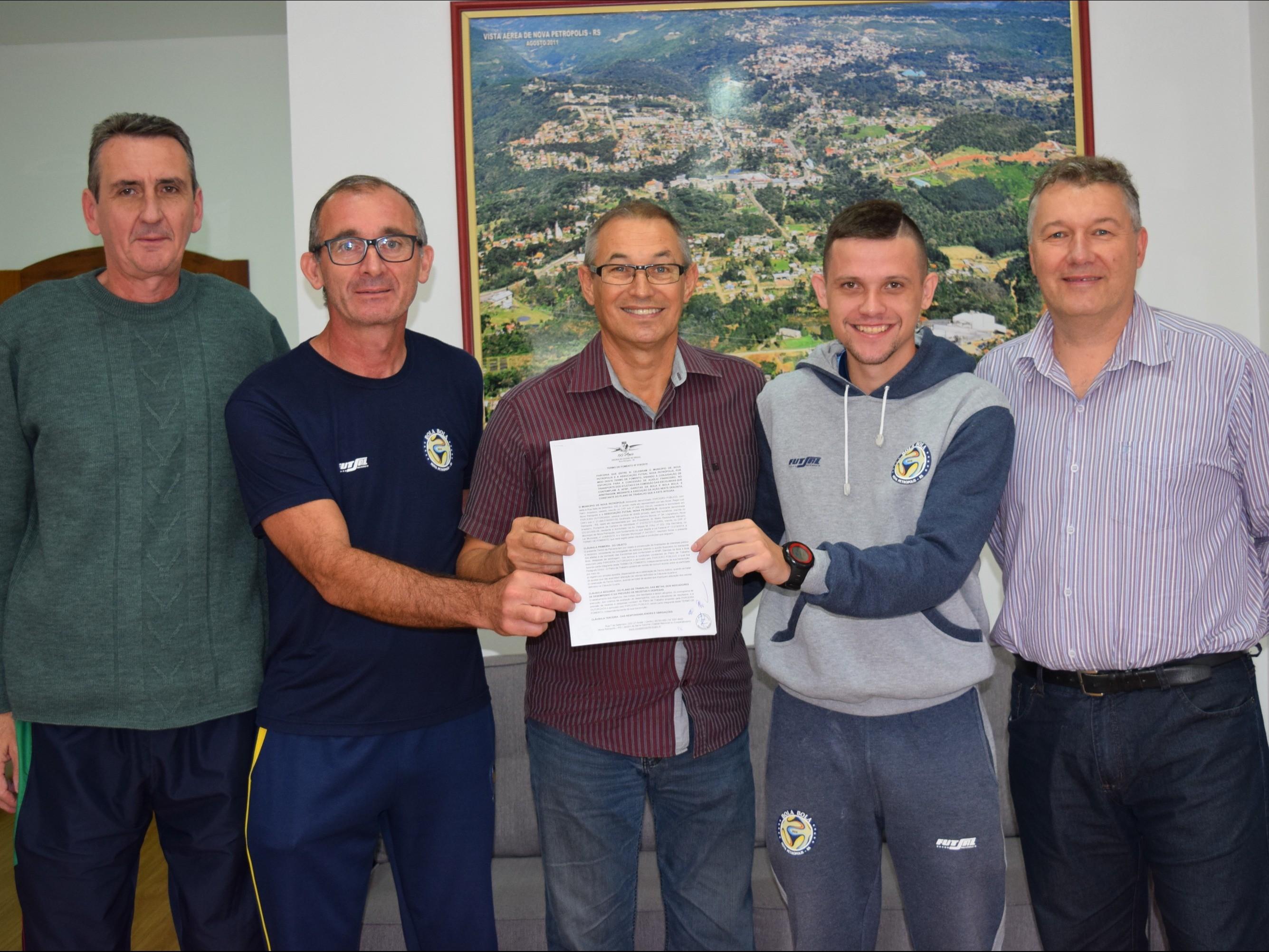 Foto de capa da notícia: Município celebra termo de fomento com Associação Futsal Nova Petrópolis
