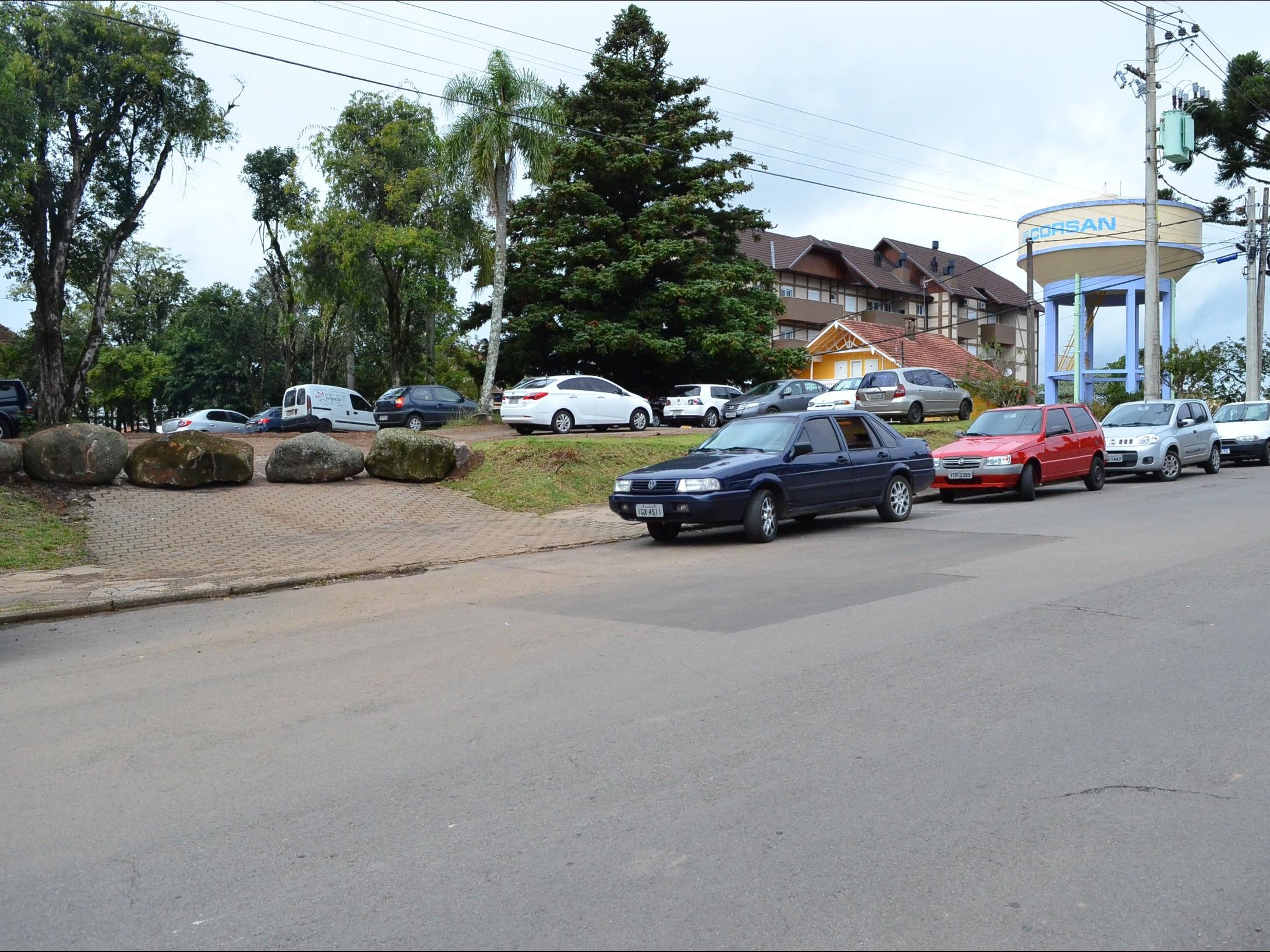 Foto de capa da notícia: Administração Municipal bloqueia acesso principal de terreno utilizado para estacionamento de veículos
