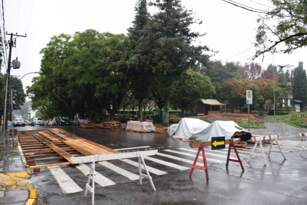 Foto de capa da notícia: Montagem da estrutura do Festival Sabores da Colônia altera trânsito na Rua Sete de Setembro