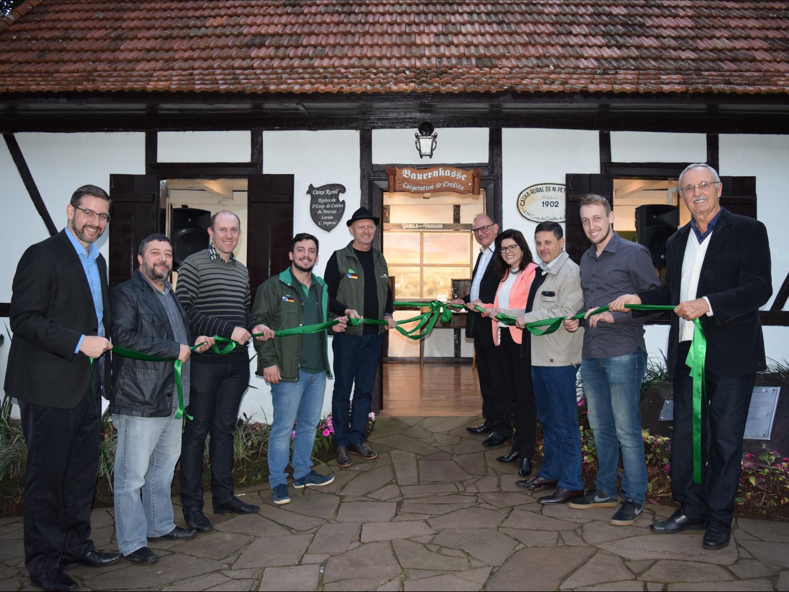 Foto de capa da notícia: Inaugurada revitalização da réplica da sede da 1ª Cooperativa de Crédito de Nova Petrópolis