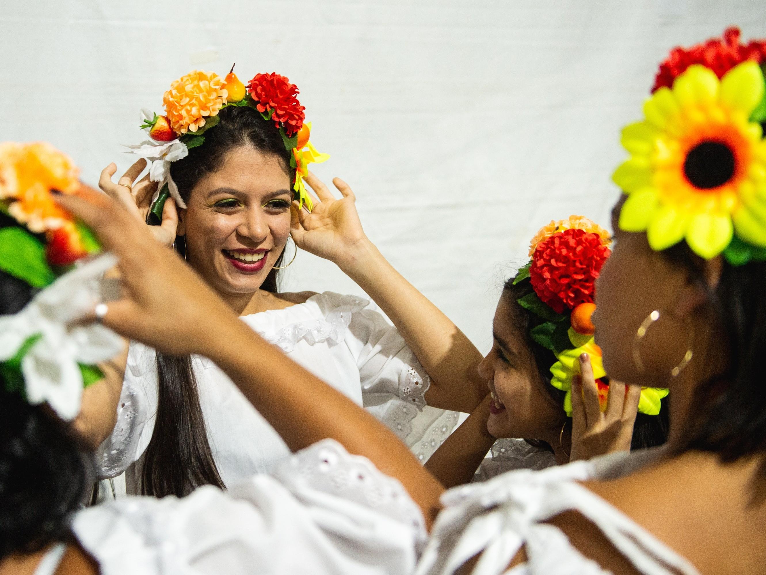 Foto de capa da notícia: Grupo folclórico de Pernambuco se apresenta com adereços artesanais no Festival Internacional de Folclore