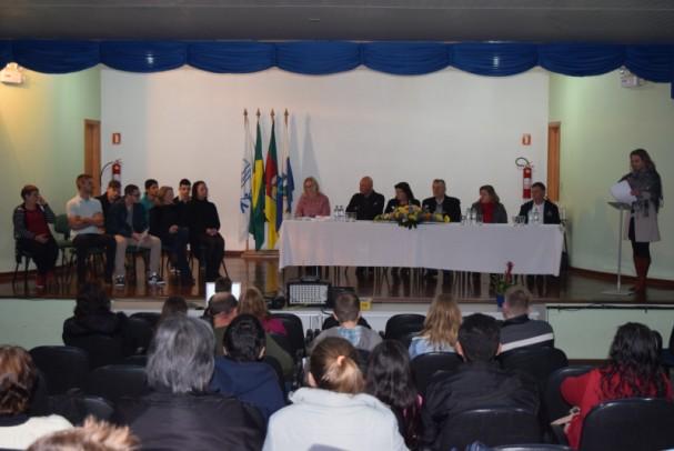 Foto de capa da notícia: Alunos da EJA recebem certificados de conclusão do Ensino Fundamental