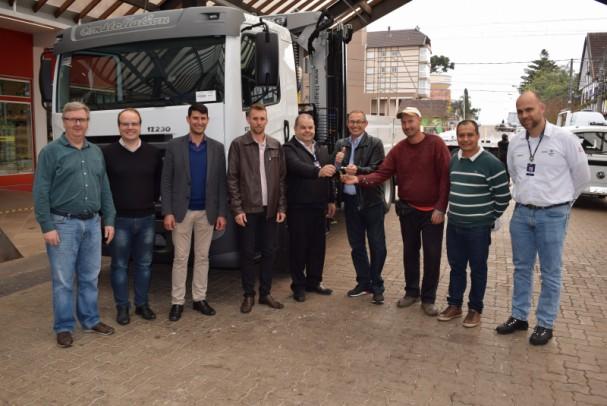 Foto de capa da notícia: Secretaria de Obras de Nova Petrópolis recebe caminhão munck