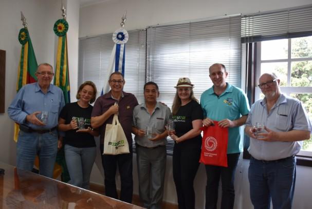 Foto de capa da notícia: Prefeito de Nova Petrópolis recebe delegação de Pozuzo no Gabinete Oficial