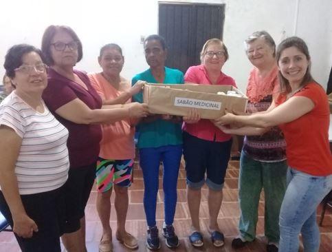 Foto de capa da notícia: Grupo do CRAS fabricando sabão medicinal