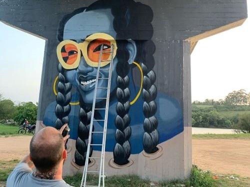 Foto de capa da notícia: Artistas de Cristal e região grafitam pilares da ponte da BR 116