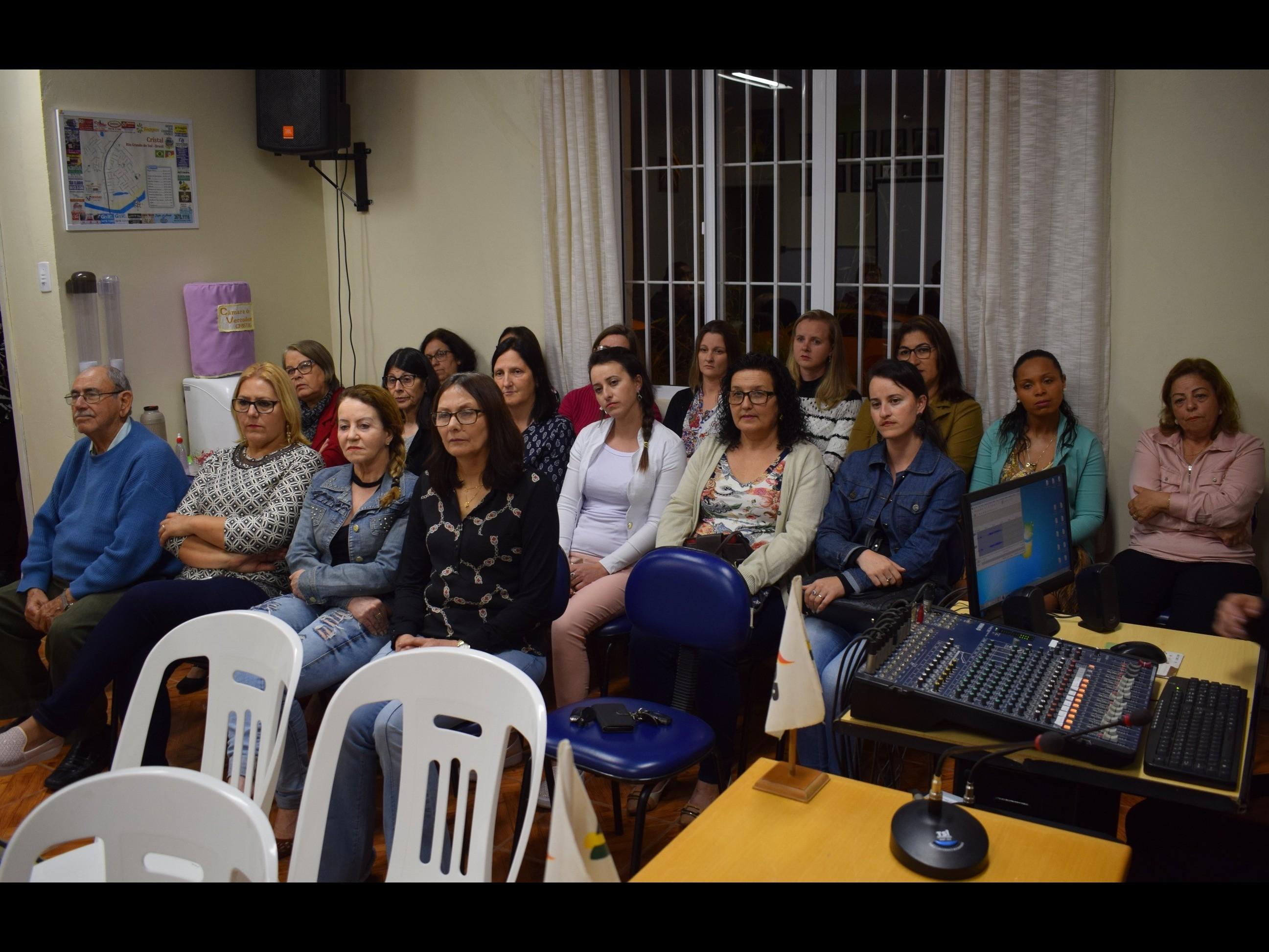 Foto de capa da notícia: Legislativo Cristalense presta homenagem aos professores