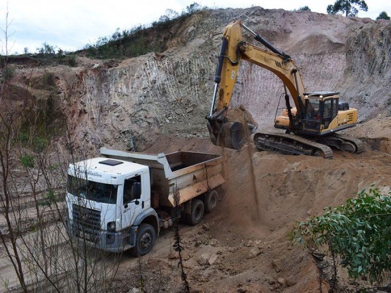 Foto de capa da notícia: Prefeitura Municipal revitaliza estradas  no interior do município