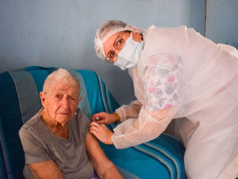 Foto de capa da notícia: Vacinação contra a COVID-19 na população com mais de 85 anos
