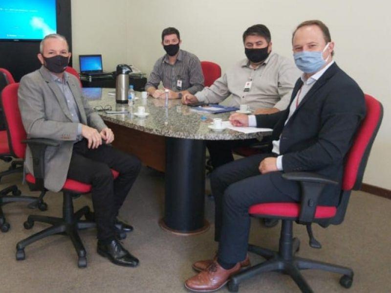 Foto de capa da notícia: Secretários tratam sobre melhorias na iluminação pública com o diretor administrativo da CEEE