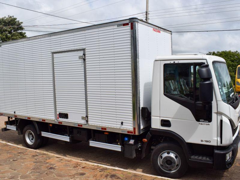 Foto de capa da notícia: Município recebe caminhão baú para a agricultura familiar