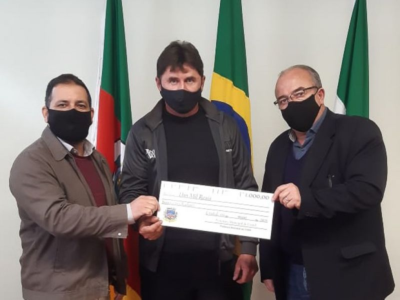 Foto de capa da notícia: Ganhador do sorteio da Nota Fiscal Gaúcha do mês de Abril recebe a premiação