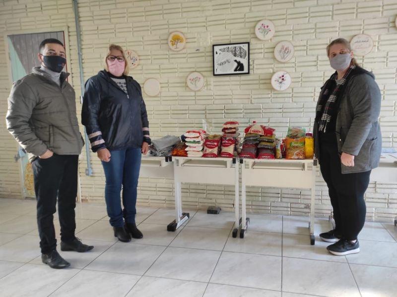 Foto de capa da notícia: Secretaria de Cultura entrega os alimentos arrecadados durante o Desafio de Ciclismo Virtual no aniversário de 33 anos de Cristal