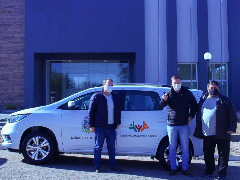 Foto de capa da notícia: Secretaria de Saúde recebe novo veículo para transporte de pacientes