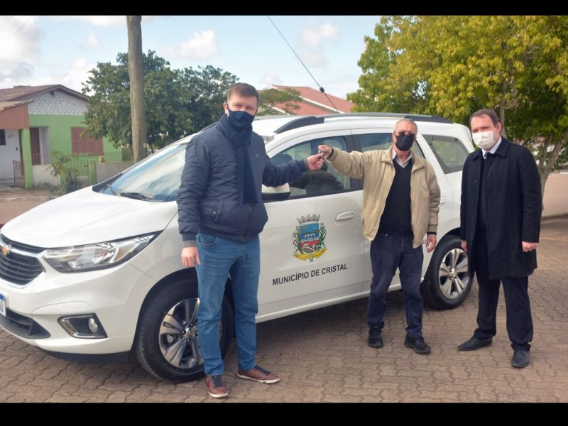Foto de capa da notícia: Responsável pelo recurso do novo veículo da saúde, o Deputado Pedro Pereira faz a entrega oficial do carro