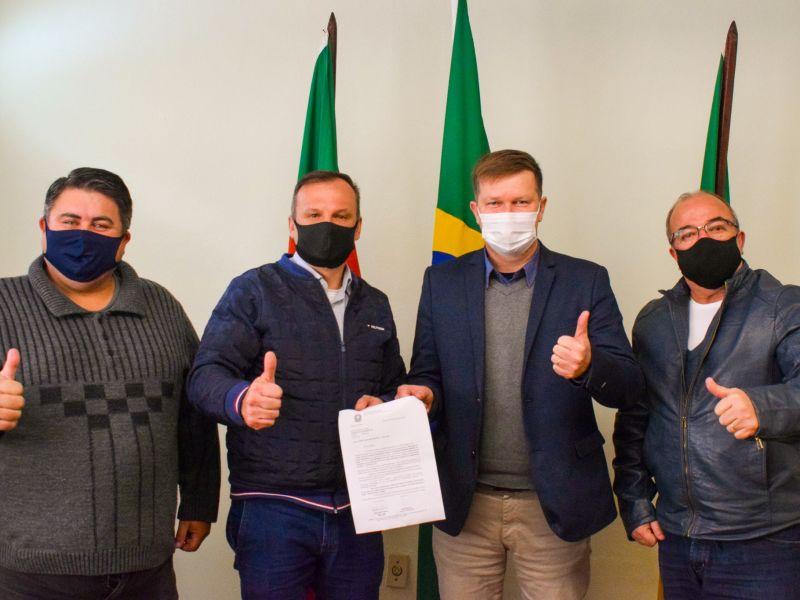Foto de capa da notícia: Entregue oficialmente a indicação da emenda no valor de cem mil reais do Deputado Federal Pompeo de Mattos
