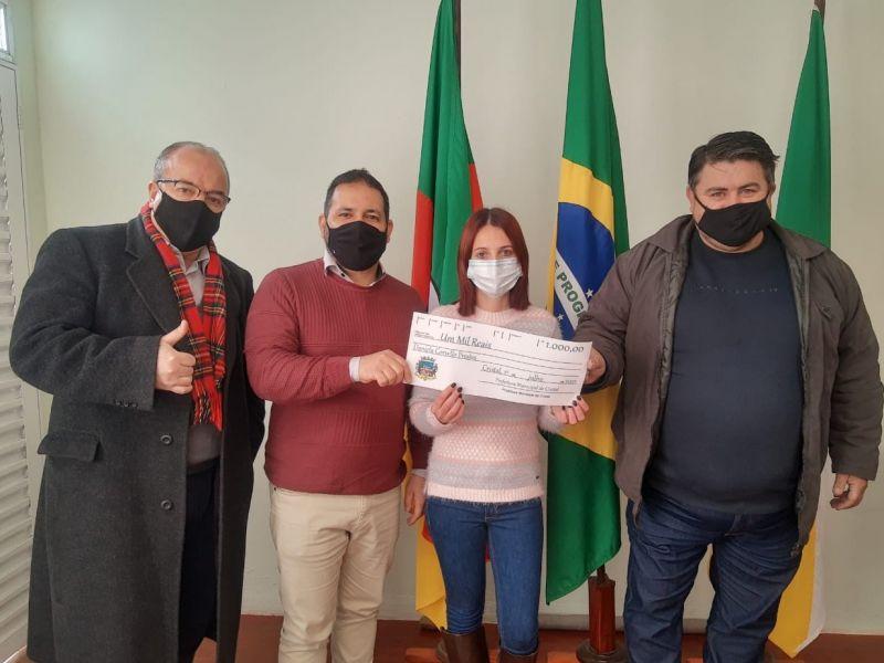 Foto de capa da notícia: Ganhadora do sorteio da Nota Fiscal Gaúcha do mês de Junho recebe a premiação