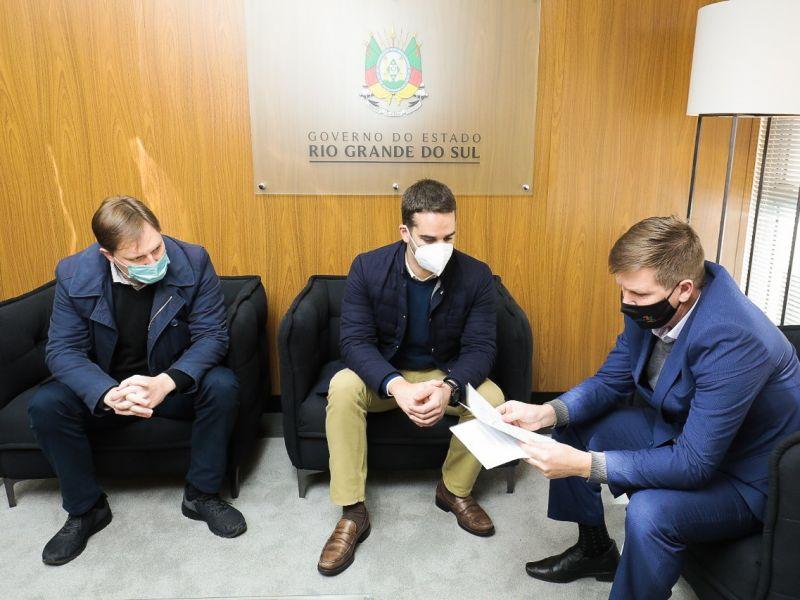 Foto de capa da notícia: Prefeito Marcelo Krolow e vereadores Delmar Maass e Cristian Radunz reuniram-se com o Governador do Estado, Diretor Geral do DAER e Deputado Federal Lucas Redecker