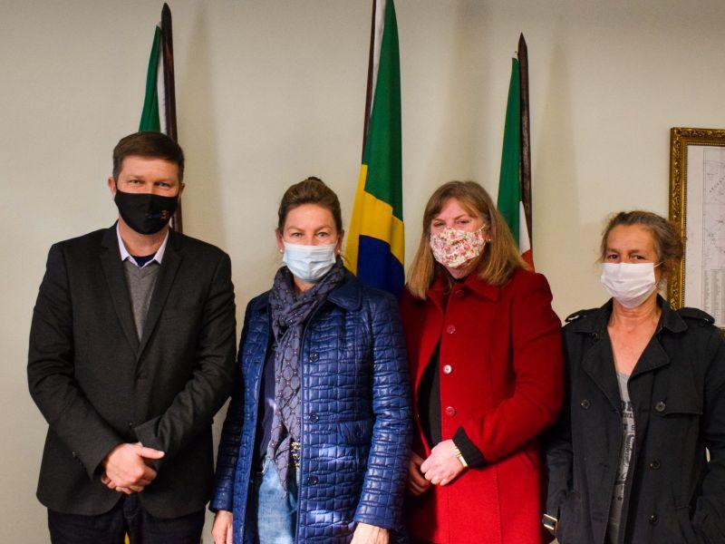 Foto de capa da notícia: Prefeito Marcelo Krolow reuniu-se com a Secretária Estadual Regina Becker Fortunati e representantes da APAC para tratar sobre a causa animal no município