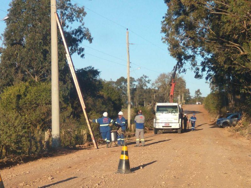 Foto de capa da notícia: Obra de melhoria da rede elétrica no interior iniciou nesta terça-feira (03/08)