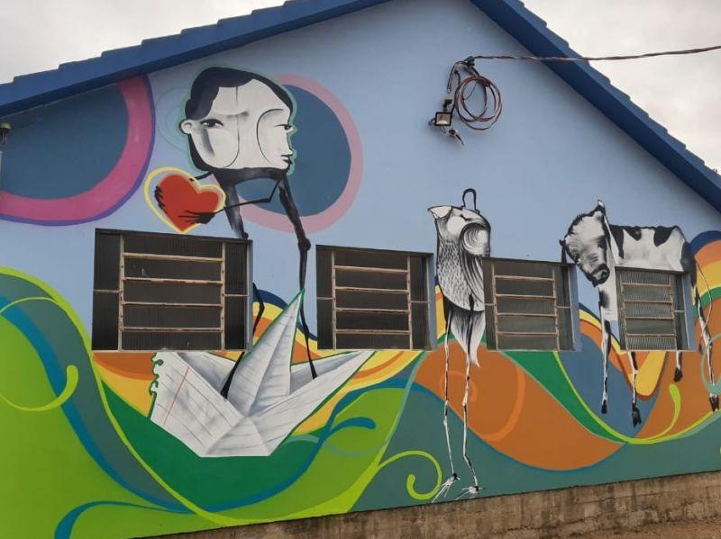 Foto de capa da notícia: De forma voluntária, Alexandre Britz e Thiago Pingo grafitaram as paredes da escola Otto Becker no interior do município