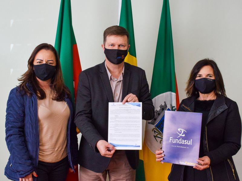 Foto de capa da notícia: Prefeitura de Cristal firma convênio com a FUNDASUL