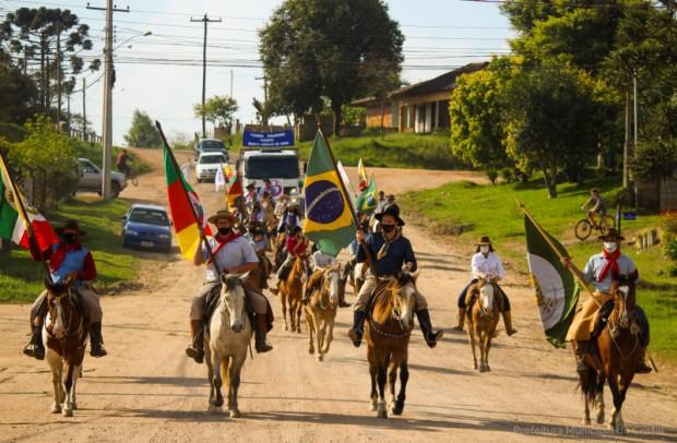 Foto de capa da notícia: Desfile Farroupilha aconteceu neste domingo (26)