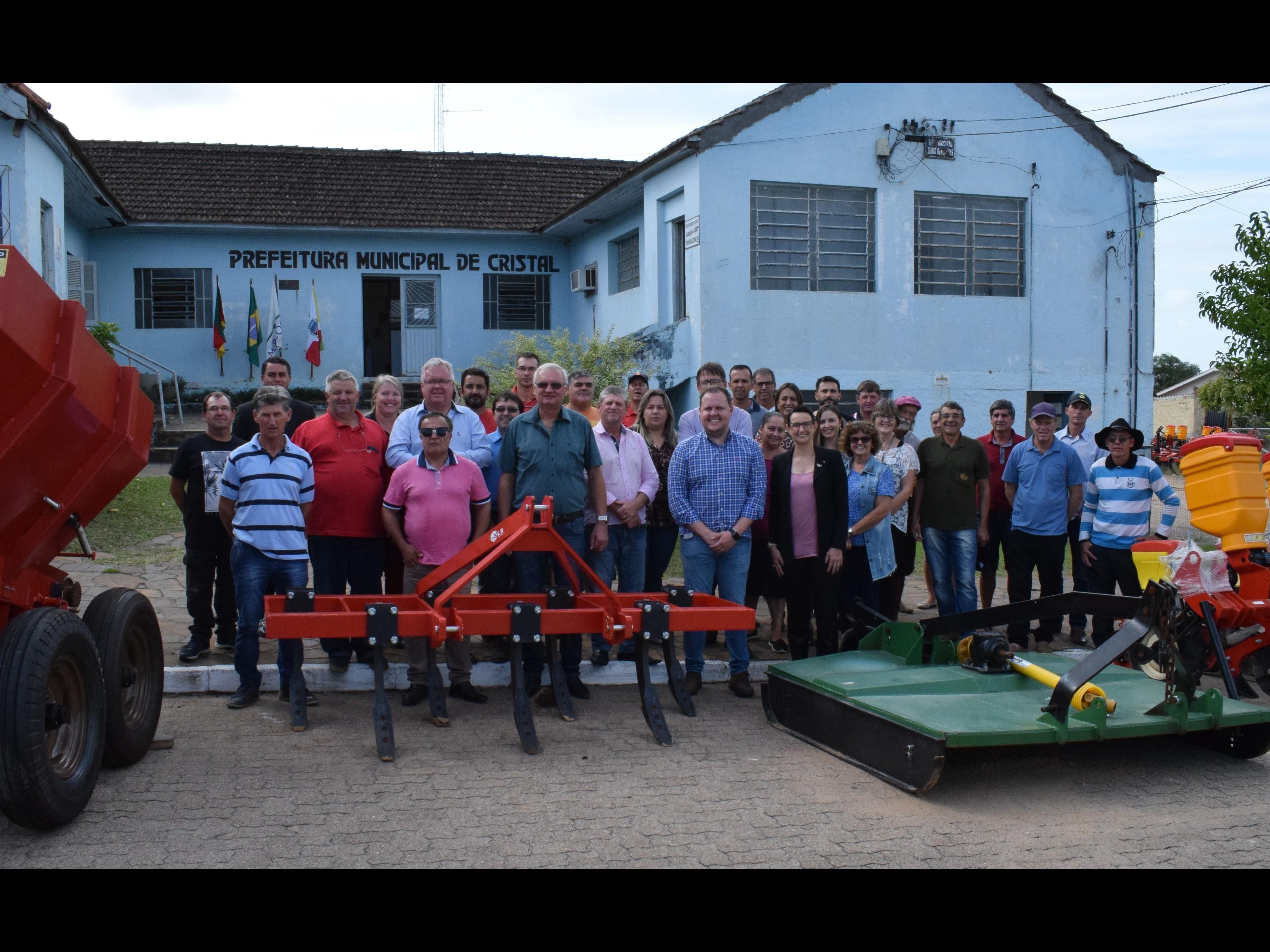 Foto de capa da notícia: Secretário da Agricultura entrega equipamentos
