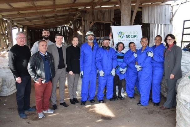 Foto de capa da notícia: Sicredi faz entrega de EPIs à CoopCristal