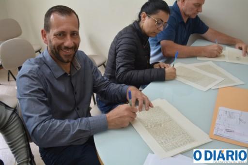 Foto de capa da notícia: Assinatura da escritura do prédio da Câmara