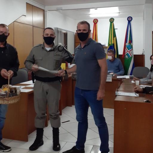 Foto de capa da notícia: Câmara presta homenagem ao Comandante da Brigada Militar de Morro Reuter.