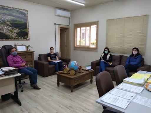 Foto de capa da notícia: Reunião para tratar do calendário escolar de Ipê