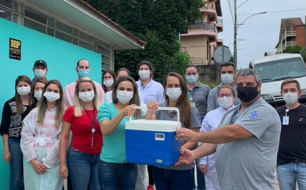Foto de capa da notícia: Primeiras doses da Vacina contra a Covid 19 acabam de chegar em Ipê!