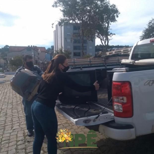 Foto de capa da notícia: DRIVE THRU RECOLHE 1 TONELADA DE ELETROELETRÔNICOS