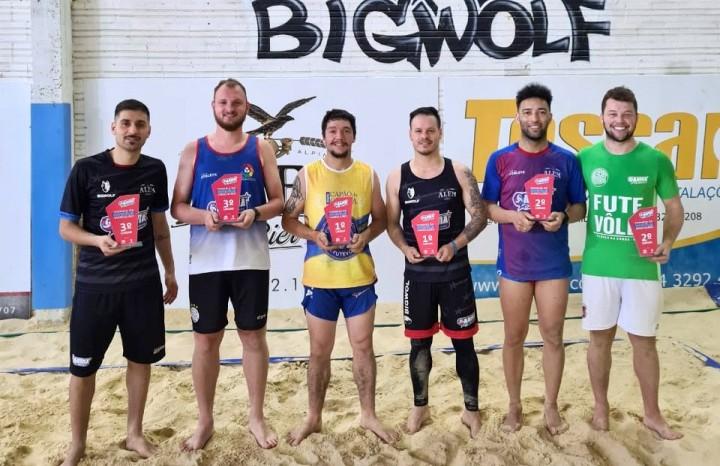 Duplas vencedoras do Torneio Interno de Futevôlei da Arena Beach Sports