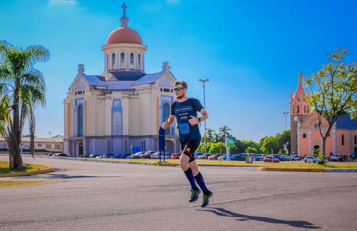 Lauri Kamchen na Trilhas Caravaggio em frente ao Santuário Nossa Senhora de Caravaggio