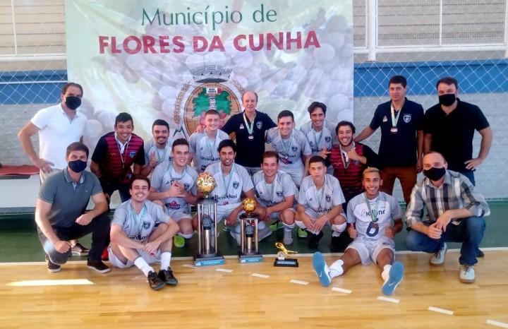 Equipe do Bola Bola comemora a conquista do tricampeonato do futsal juniores