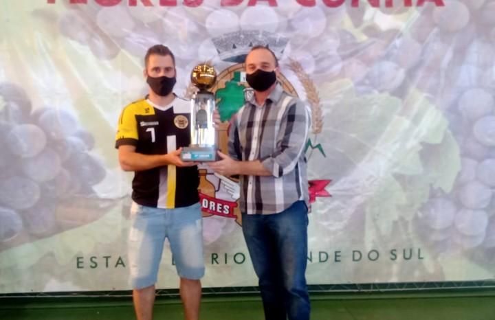 Atleta da equipe do Vandekas recebe o troféu de 3º lugar