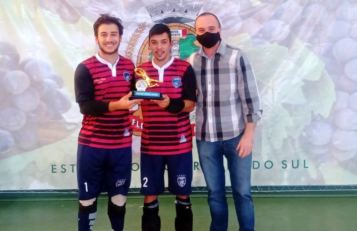 Cristian Dametto e Luís Monteiro, do Bola Bola, recebem o troféu de goleiro menos vazado